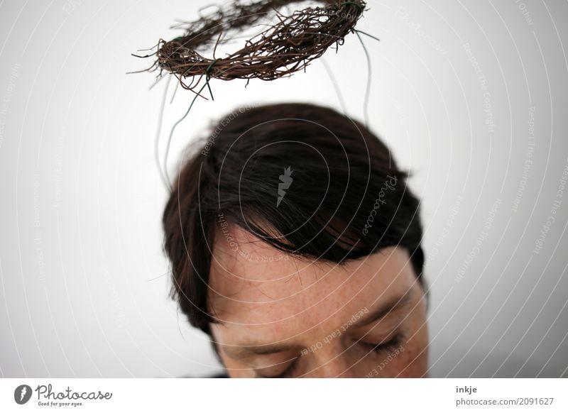 DIY Segen Lifestyle Stil Freizeit & Hobby Frau Erwachsene Leben Kopf Haare & Frisuren Gesicht 1 Mensch 30-45 Jahre Kranz Zeichen Ornament Engel Heiligenschein