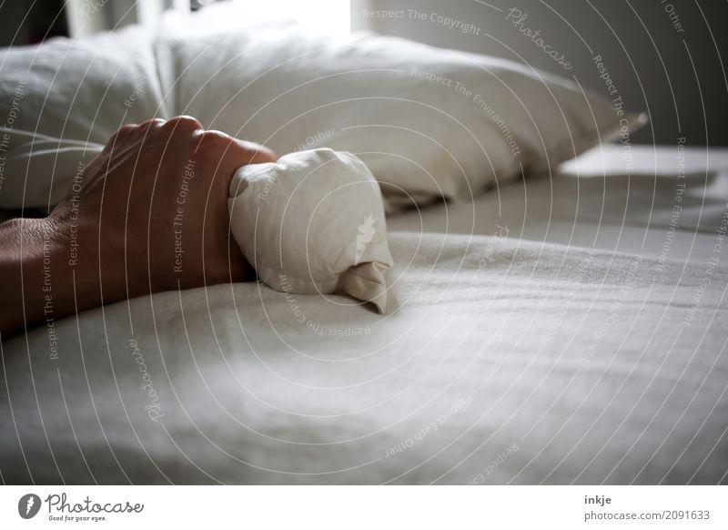 Griff. Lifestyle Häusliches Leben Bett Schlafzimmer Hand Kissen Bettwäsche Daunen festhalten kuschlig stark weich verstört Wut Rache Gewalt Aggression