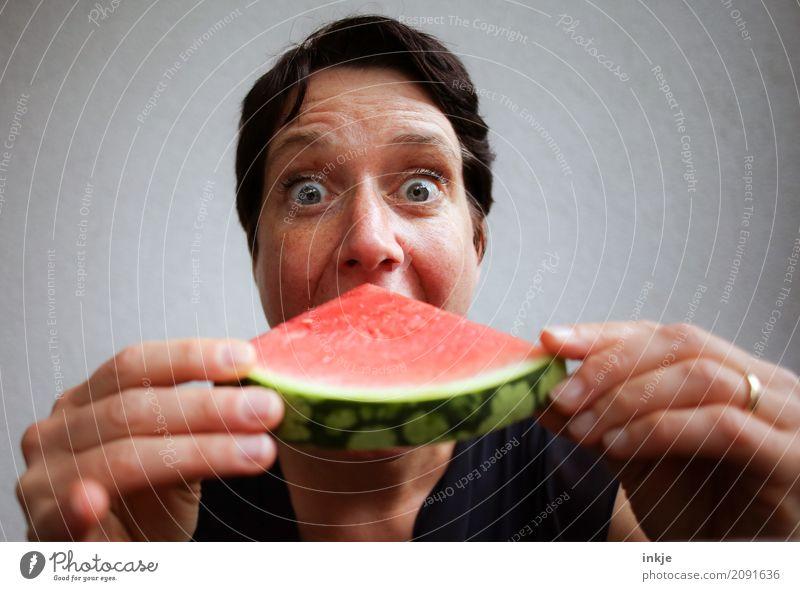 Not so young caucasian happy smiling woman eating watermelon Frucht Melonen Wassermelone Ernährung Essen Bioprodukte Vegetarische Ernährung Fingerfood Lifestyle