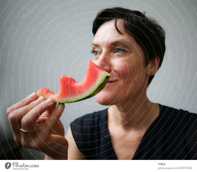 Amused happy smiling caucasian woman still chewing watermelon Mensch Frau Hand Freude Gesicht Erwachsene Essen Leben Lifestyle Gefühle Gesundheit Frucht