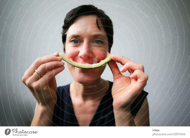 not so young caucasian smiling woman with rest of watermelon Frucht Wassermelone Melonen Hülle Ernährung Essen Bioprodukte Vegetarische Ernährung Fingerfood