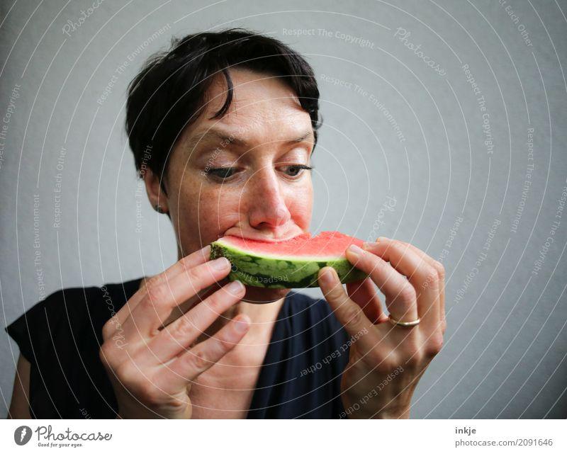 Not so beautiful looking but happy caucasian woman eating Frucht Wassermelone Melonen Ernährung Essen Bioprodukte Vegetarische Ernährung Fingerfood Frau