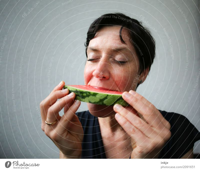 happy caucasian woman closes eyes in front of her watermelon Mensch Frau Hand Gesicht Erwachsene Essen Leben Gefühle Gesundheit Frucht Zufriedenheit Ernährung