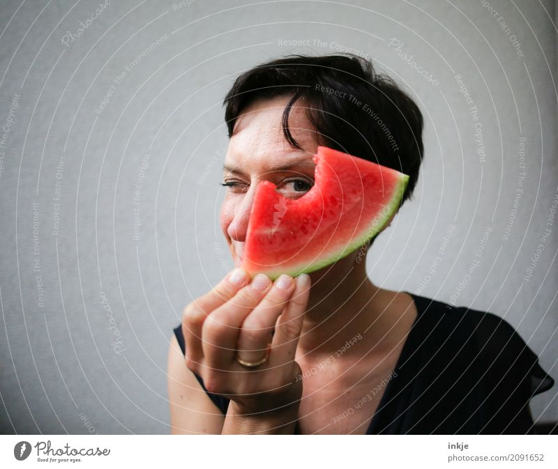 funny happy caucasian woman looking through watermelon Frucht Melonen Wassermelone Ernährung Essen Bioprodukte Vegetarische Ernährung Fingerfood Lifestyle