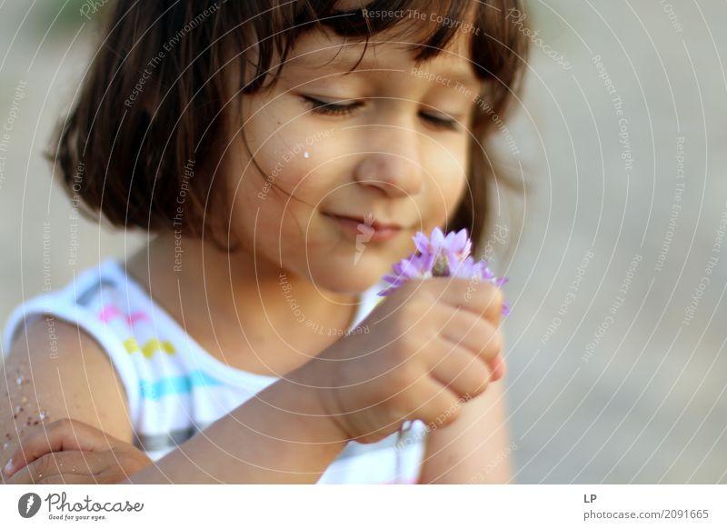 kleines Mädchen, Blumen beobachtend Mensch Kind Erholung ruhig Freude Erwachsene Leben Lifestyle Gefühle Familie & Verwandtschaft Schule Feste & Feiern