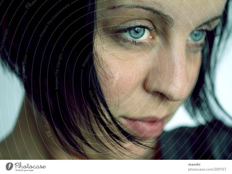 blaue Phase Mensch feminin Junge Frau Jugendliche Erwachsene Kopf Haare & Frisuren Gesicht 1 schwarzhaarig beobachten träumen Gefühle Stimmung Hoffnung Glaube