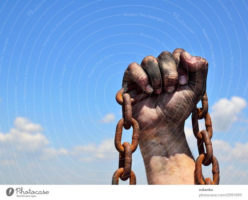 Rostige Eisenkette in der menschlichen männlichen rechten Hand Haut Freiheit maskulin Finger Himmel Metall Stahl alt dreckig stark blau braun schwarz Kraft