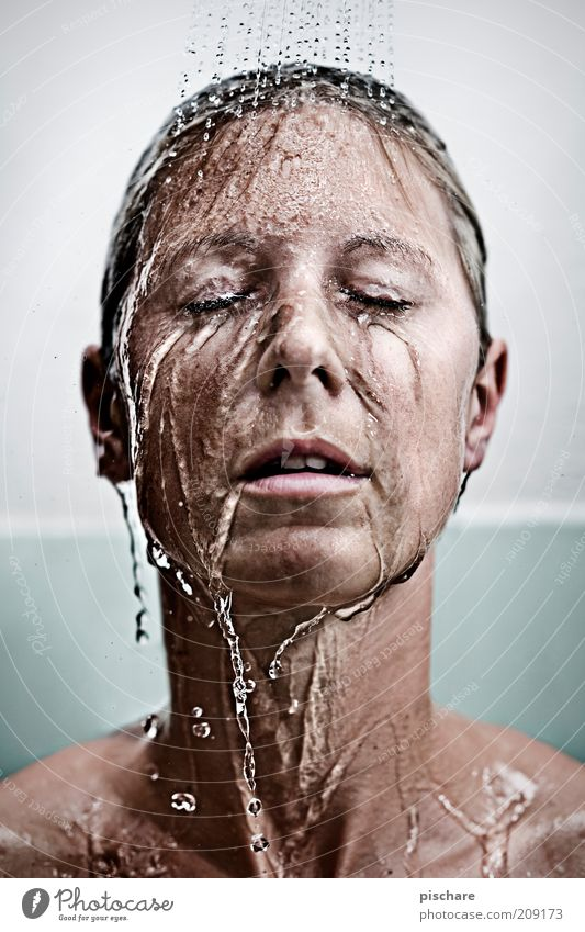 kaltes klares Wasser Frau Jugendliche schön Gesicht Erwachsene Erholung feminin blond nass Wassertropfen ästhetisch 18-30 Jahre Junge Frau Reinigen Bad