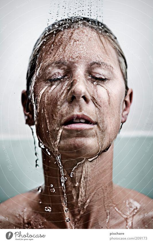 kaltes klares Wasser schön Körperpflege Gesicht Wellness Wohlgefühl Erholung Spa feminin Junge Frau Jugendliche Erwachsene 18-30 Jahre blond langhaarig genießen