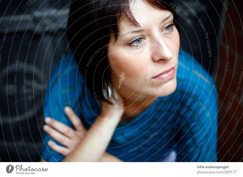 Juli feminin Junge Frau Jugendliche Erwachsene 18-30 Jahre T-Shirt schwarzhaarig beobachten Denken Blick Traurigkeit warten blau Gefühle Stimmung Vorsicht ruhig