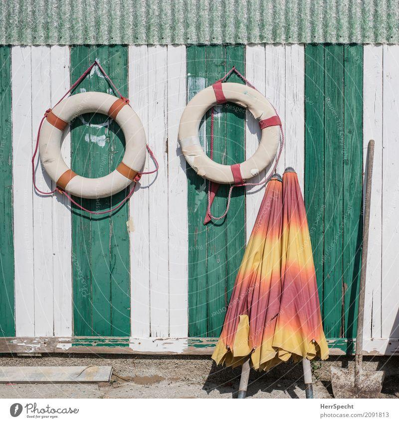 Colori dell'estate Fischerdorf Hafenstadt Gebäude Mauer Wand frisch maritim grün weiß sommerlich Sommer Sommerurlaub Rettungsring Sonnenschirm Bretterzaun