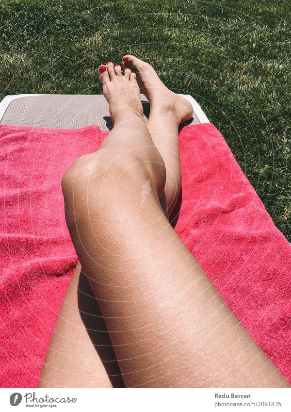 Schönes Mädchen, das ihre Füße auf rosa Tuch im Gras sich entspannt Mensch Frau Natur Jugendliche Junge Frau Sommer Farbe schön grün Erotik Erholung Freude