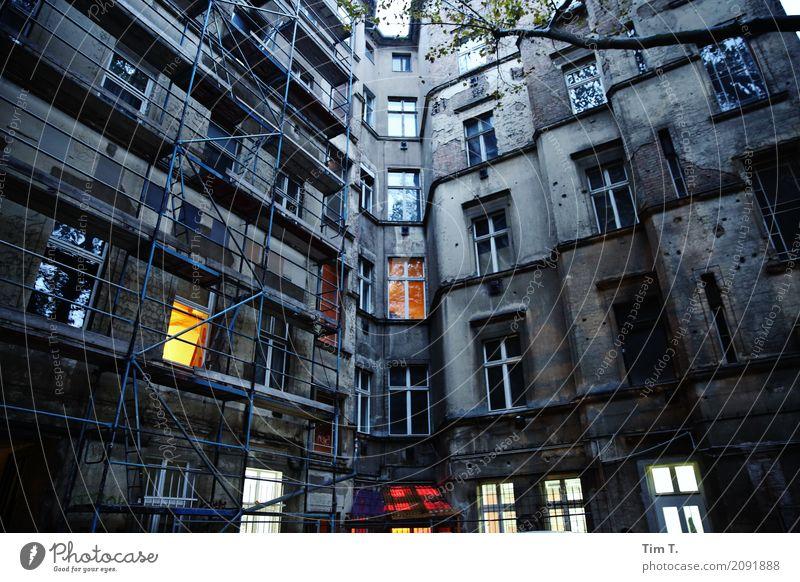 Ecke Schönhauser Berlin Prenzlauer Berg Pankow Stadt Hauptstadt Stadtzentrum Altstadt Menschenleer Haus Bauwerk Gebäude Fassade Fenster Verfall Vergangenheit