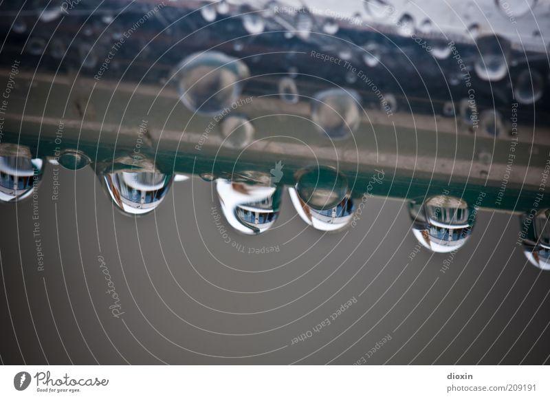 Freiburger Juniwetter (FR 6/10) Wasser Sommer kalt grau Regen glänzend Wetter nass Wassertropfen Tropfen Klima hängen Scheibe Glasscheibe schlechtes Wetter Edelstahl