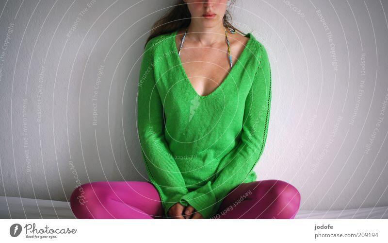 Meditation in bunt Mensch feminin Junge Frau Jugendliche Erwachsene 1 18-30 Jahre sitzen grün rosa grasgrün Schneidersitz ruhen ruhig warten Langeweile