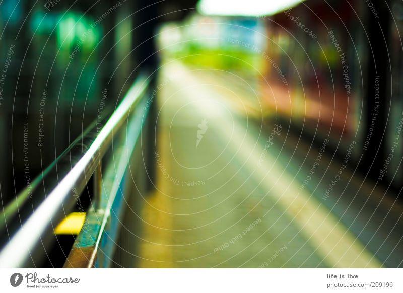 fernweh Bahnhof Verkehr Verkehrsmittel Schienenverkehr Bahnsteig Linie Zeit Ziel Wege & Pfade Ziellosigkeit Schwache Tiefenschärfe S-Bahn S-Bahnhof