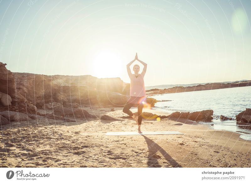 yoga mit der sonne im rücken Mensch Ferien & Urlaub & Reisen Jugendliche Junge Frau Sommer Sonne Meer Erholung ruhig Strand Erwachsene Sport Küste
