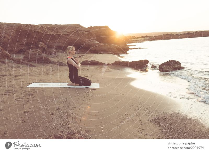 namaste Wohlgefühl Zufriedenheit Sinnesorgane Erholung ruhig Meditation Ferien & Urlaub & Reisen Sommer Sommerurlaub Sonne Strand Meer Wellen Sport Yoga feminin