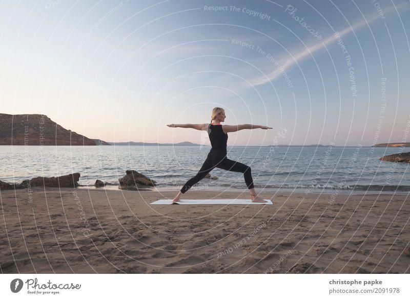 Krieger(in) am Strand sportlich Fitness Wohlgefühl Zufriedenheit Sinnesorgane Erholung ruhig Meditation Ferien & Urlaub & Reisen Sommer Sommerurlaub Meer Sport