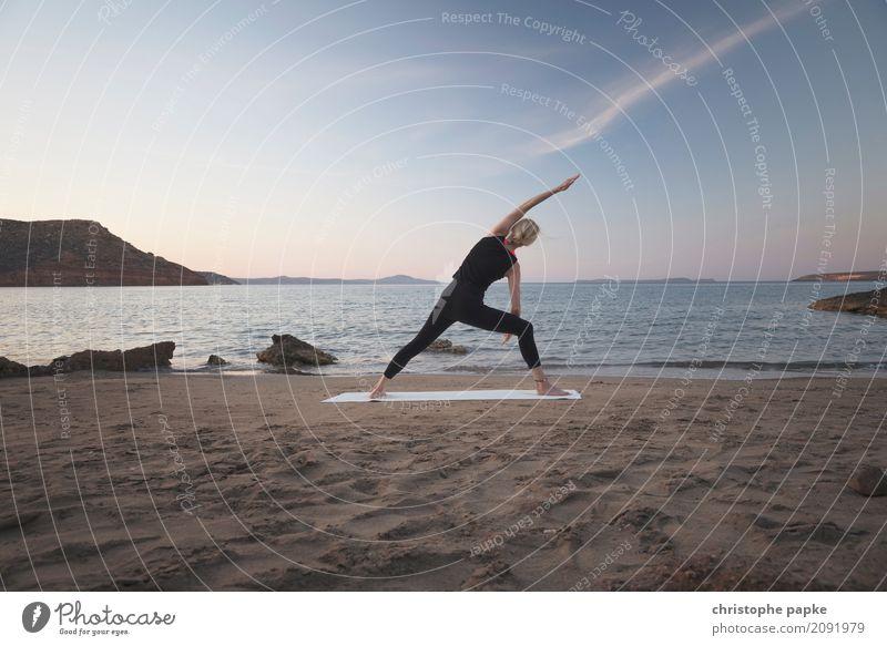 yoga am strand Mensch Himmel Ferien & Urlaub & Reisen Jugendliche Junge Frau Sommer Meer Erholung ruhig Strand Erwachsene Lifestyle Bewegung Küste Sport feminin