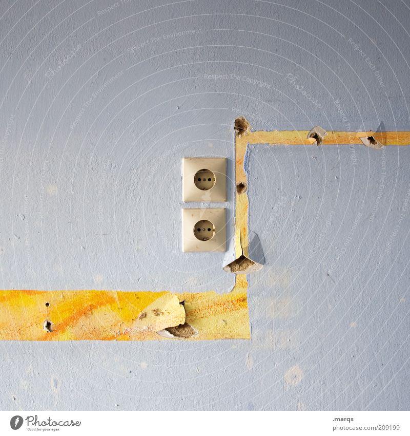 AC/DC blau gelb Wand Mauer Energiewirtschaft Technik & Technologie kaputt Wandel & Veränderung Handwerk Renovieren Steckdose Elektrisches Gerät Textfreiraum links verlegen aufreißen Energiekrise