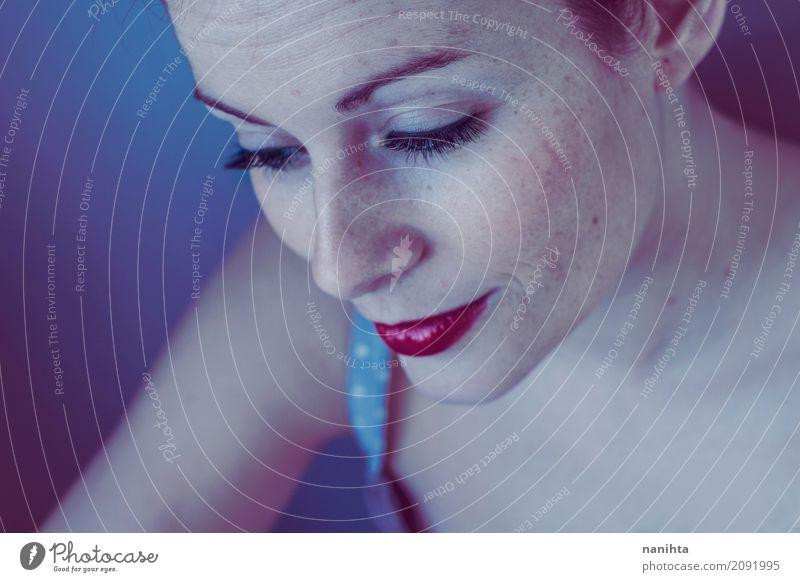 Schöne Sommersprossenfrau in den blauen Tönen Lifestyle elegant Stil schön Haut Gesicht Lippenstift Wellness harmonisch Wohlgefühl Erholung ruhig Mensch feminin