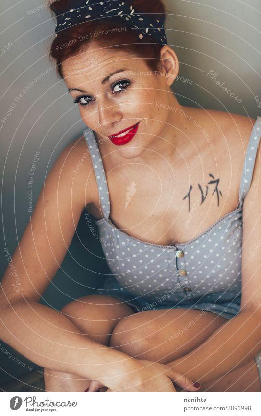 Redhead Stift Frau Mensch Jugendliche blau Junge Frau schön 18-30 Jahre Erwachsene Lifestyle feminin Stil Mode orange elegant retro sitzen Lächeln