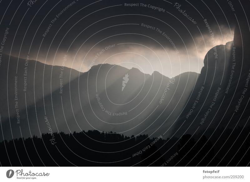 Sonnenaufgang dunkel Gefühle Stimmung Alpen geheimnisvoll Zeichen unheimlich himmlisch Bergkette Berge u. Gebirge Wolkenhimmel Wolkendecke offenbaren himmelwärts Wolkenwand Wolkenloch