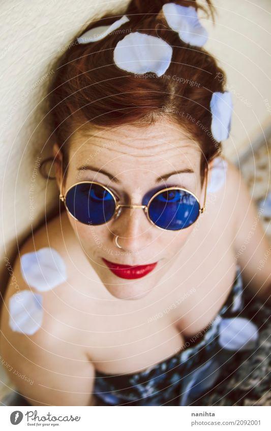 Junge Rothaarigefrau, die blaue Kreissonnenbrille trägt elegant Stil schön Haut Gesicht Lippenstift Sommersprossen Mensch feminin Junge Frau Jugendliche 1