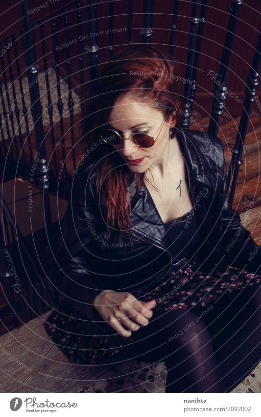 Rothaarigefrau mit städtischer Art Lifestyle Stil Design schön Mensch feminin Junge Frau Jugendliche 1 18-30 Jahre Erwachsene Treppe Geländer Mode Bekleidung
