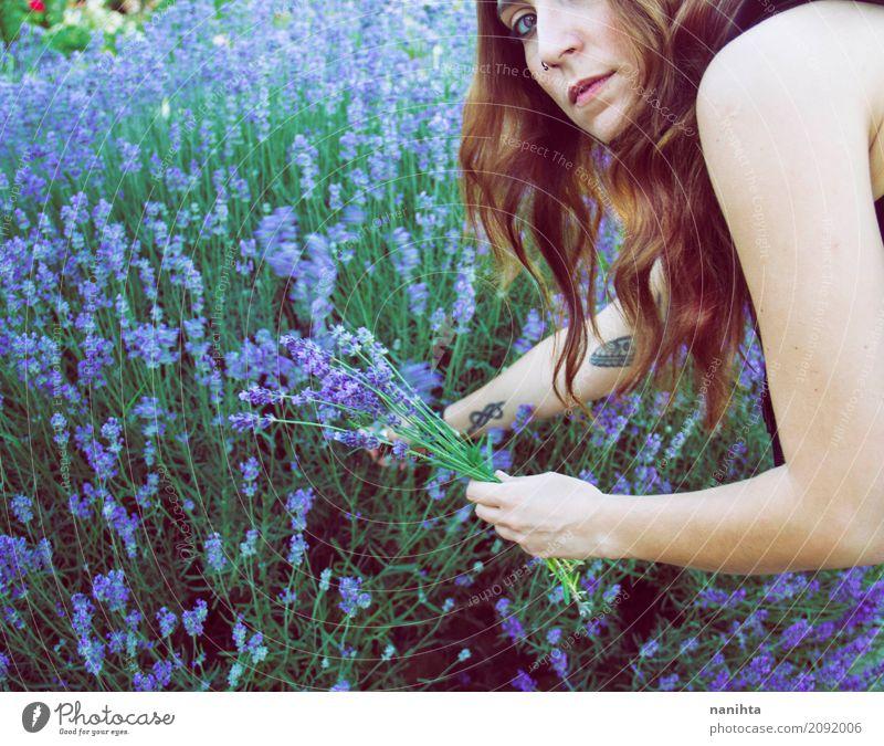 Erntelavendel der jungen Frau Lifestyle Gesundheit Alternativmedizin Wellness Wohlgefühl Sinnesorgane Duft Mensch feminin Junge Frau Jugendliche 1 18-30 Jahre