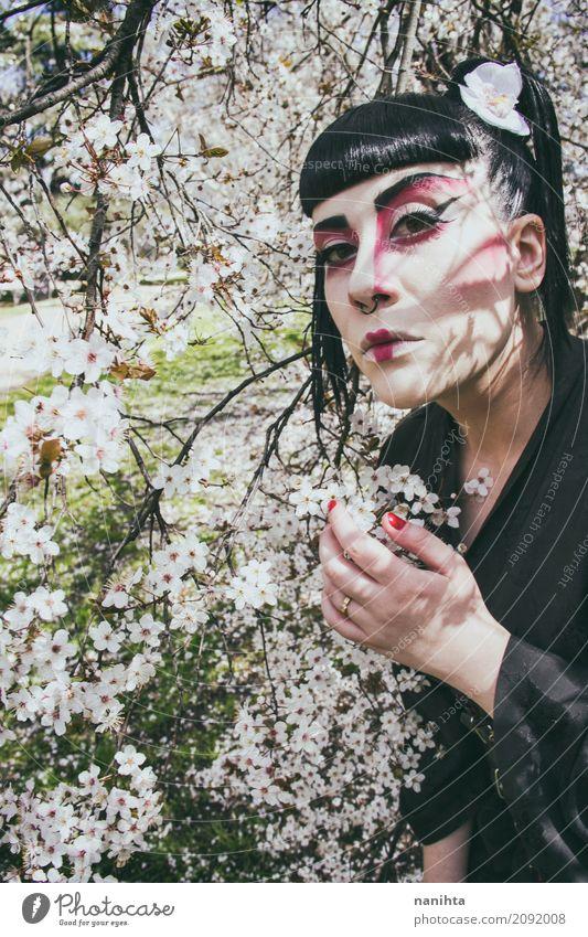 Junge Frau mit einer Geishakostümhaltung mit weißen Blumen elegant Stil exotisch schön Haare & Frisuren Kosmetik Schminke Karneval Mensch feminin Jugendliche 1