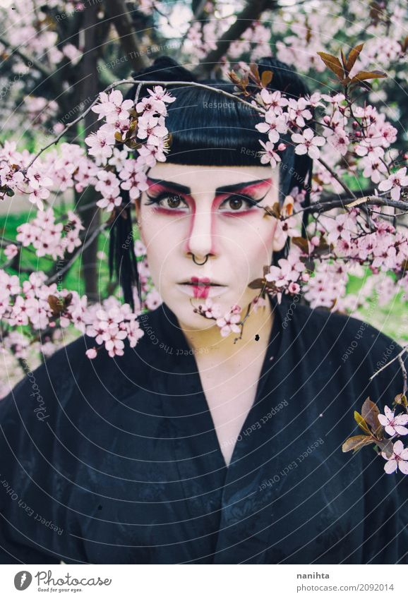 Junge Frau mit dem Geishamake-up, das mit Blumen aufwirft Stil Design exotisch schön Haare & Frisuren Gesicht Schminke Lippenstift Feste & Feiern Karneval