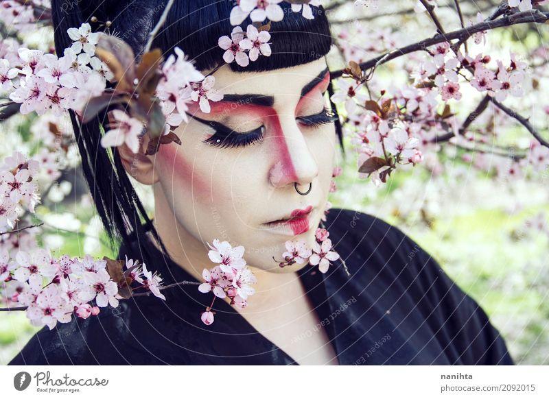 Die junge Frau, die Geisha trägt, bilden Mensch Natur Jugendliche Junge Frau schön Baum Blume 18-30 Jahre Gesicht Erwachsene Umwelt Frühling feminin Stil Kunst