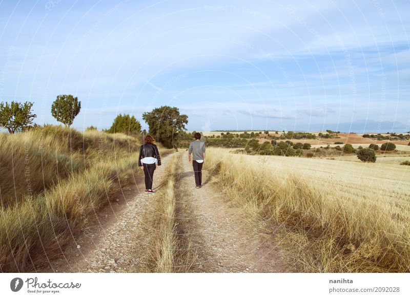 Junge Paare, die weg auf einen ländlichen Weg gehen Lifestyle Ferien & Urlaub & Reisen Abenteuer Mensch maskulin feminin Junge Frau Jugendliche Junger Mann