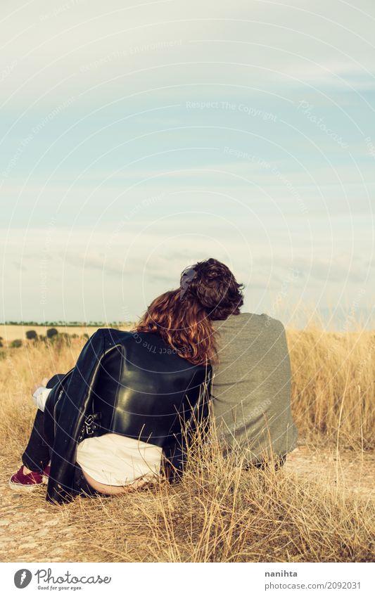 Junges Paar zusammen bei Sonnenuntergang Mensch Himmel Natur Jugendliche blau Junge Frau Sommer schön Junger Mann 18-30 Jahre Erwachsene gelb Herbst Liebe Wiese