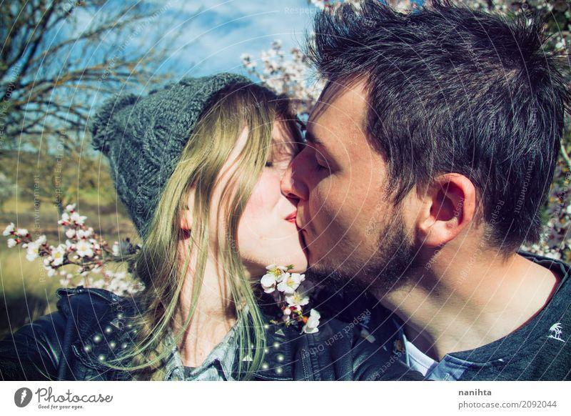 Junges Hippie-Paarküssen Mensch Jugendliche Junge Frau Sonne Junger Mann Blume 18-30 Jahre Erwachsene Umwelt Leben Lifestyle Frühling Liebe Gefühle feminin