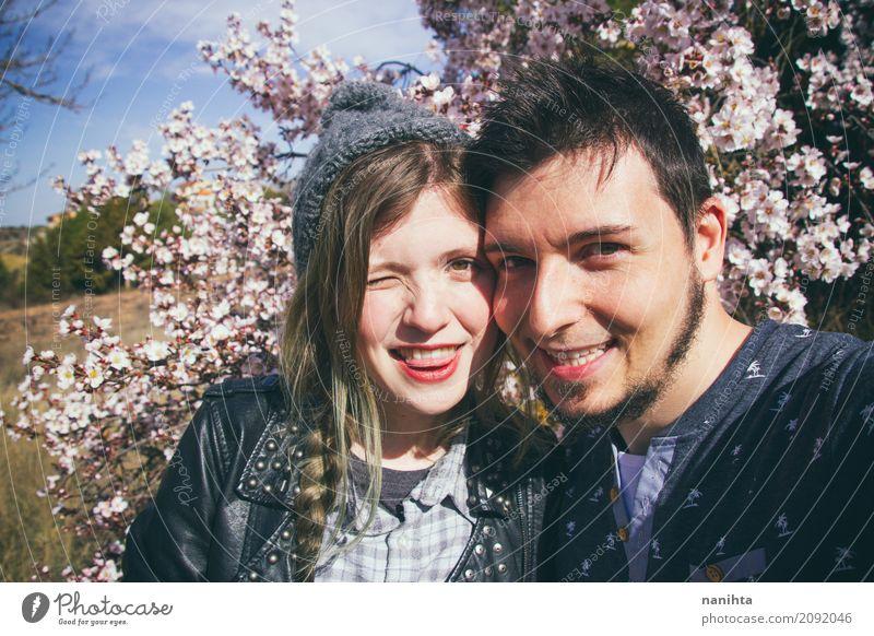 Junge Paare so glücklich zusammen Mensch Jugendliche Junge Frau Sommer Junger Mann Baum Blume Freude 18-30 Jahre Erwachsene Lifestyle Frühling lustig Liebe