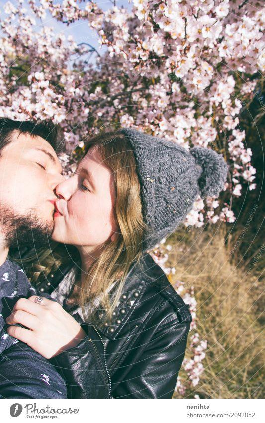 Junges Paar küssen Lifestyle Stil Freude Wellness Leben Mensch maskulin feminin Junge Frau Jugendliche Junger Mann Partner 2 18-30 Jahre Erwachsene Umwelt Natur