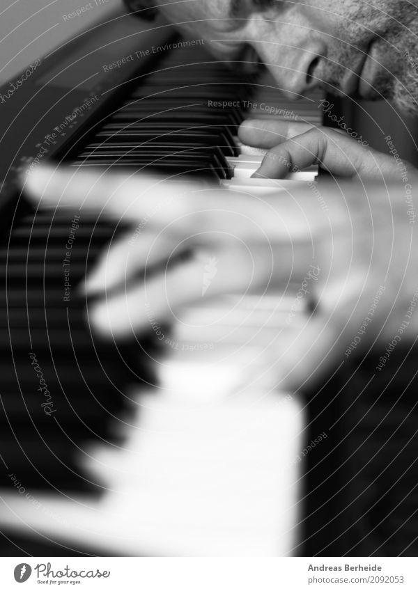 Spiel mit schwarz und weiß Entertainment Musik maskulin Hand 1 Mensch Klavier Leidenschaft diszipliniert Ausdauer Interesse man musician play keyboard white