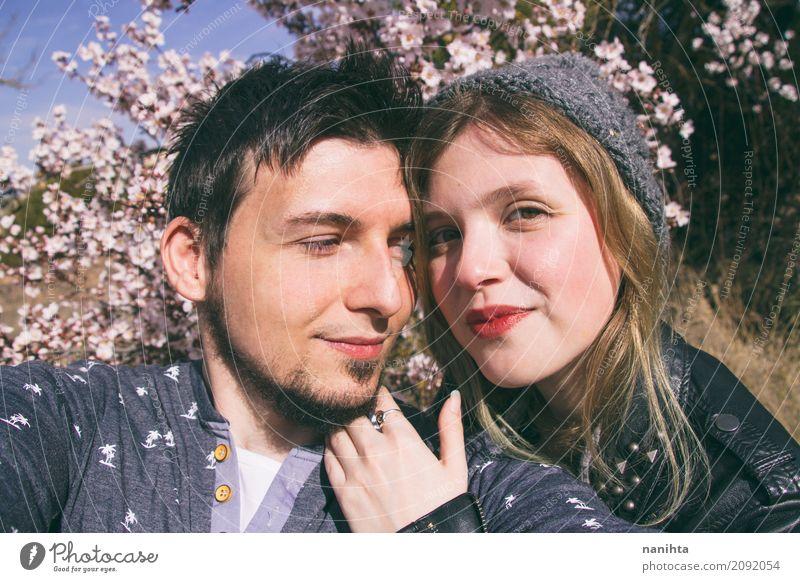Junge Paare, die zusammen einen großen Tag haben Mensch Natur Jugendliche Junge Frau Junger Mann Baum Blume 18-30 Jahre Erwachsene Leben Umwelt Lifestyle
