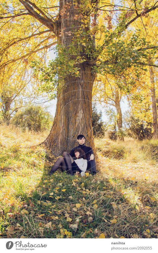 Junges Paar sitzt zusammen unter einem Baum Mensch Natur Ferien & Urlaub & Reisen Jugendliche Junge Frau Sommer Junger Mann Erholung 18-30 Jahre Erwachsene