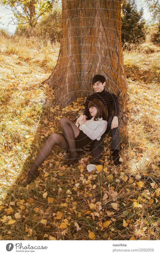 Junge Paare, die ein romantisches Datum in einem Park am Herbst haben Mensch Natur Ferien & Urlaub & Reisen Jugendliche Junge Frau schön Junger Mann Baum Blatt