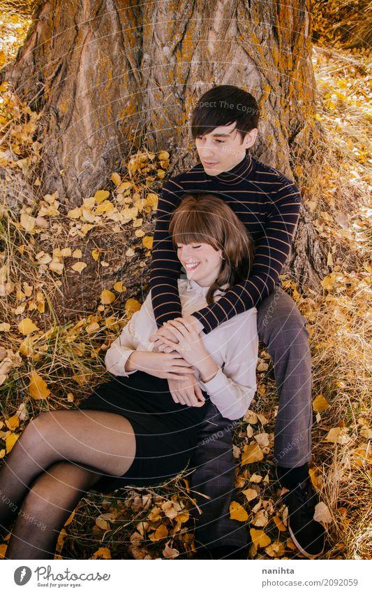 Junges Paar, das zusammen einen Herbsttag genießt Mensch Natur Ferien & Urlaub & Reisen Jugendliche Junge Frau Sommer Junger Mann Blatt Freude 18-30 Jahre