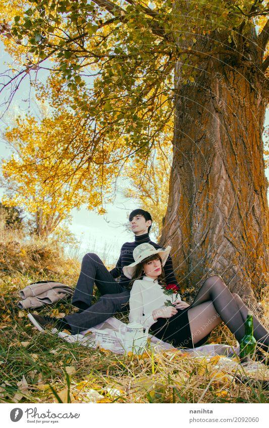 Junge Paare, die ein romantisches Datum in einem Park haben Mensch Natur Ferien & Urlaub & Reisen Jugendliche Junge Frau Sommer schön Junger Mann Sonne Baum