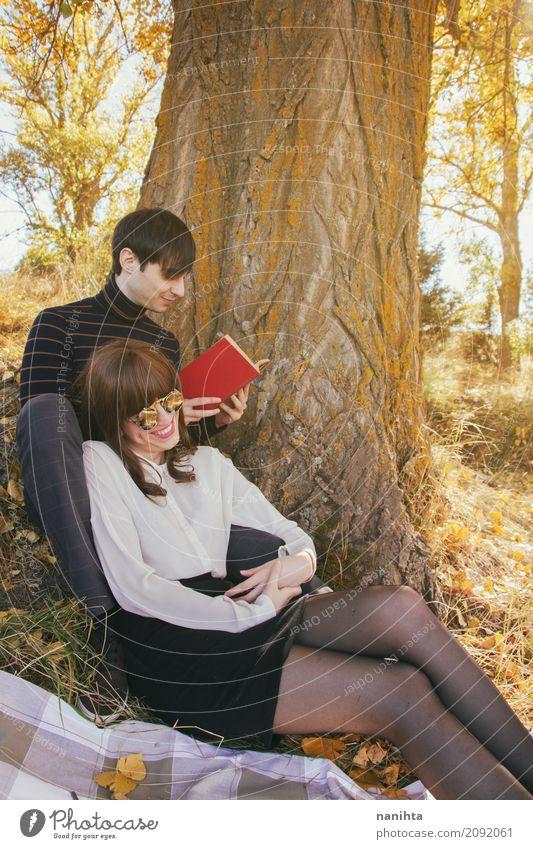 Junges Paar genießt einen sonnigen Tag im Freien Lifestyle Freude Wellness Leben harmonisch Wohlgefühl Freizeit & Hobby lesen Ferien & Urlaub & Reisen Tourismus