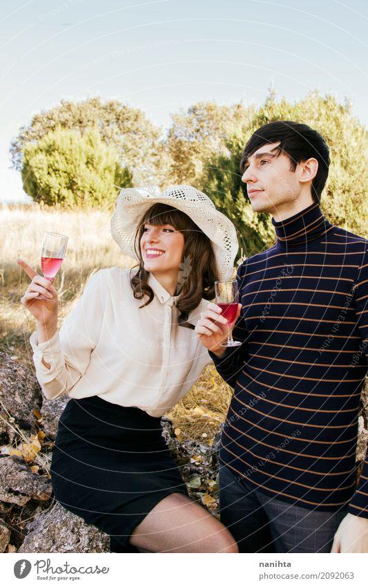 Trinkender Wein der Paare in der Natur Mensch Ferien & Urlaub & Reisen Jugendliche Junge Frau Sommer Junger Mann 18-30 Jahre Erwachsene Lifestyle Liebe feminin