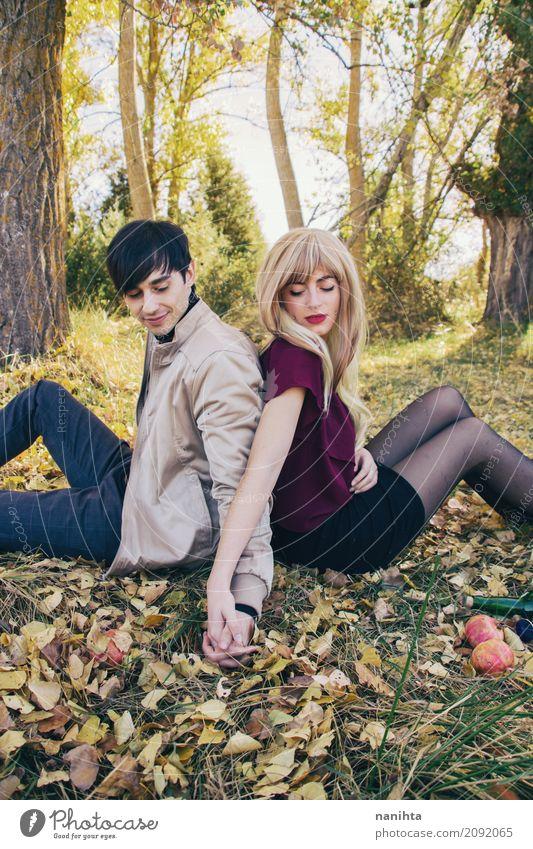 Händchenhalten des jungen Paares in einem romantischen Datum Mensch Natur Jugendliche Junge Frau Junger Mann Baum Blatt Wald 18-30 Jahre Erwachsene Umwelt