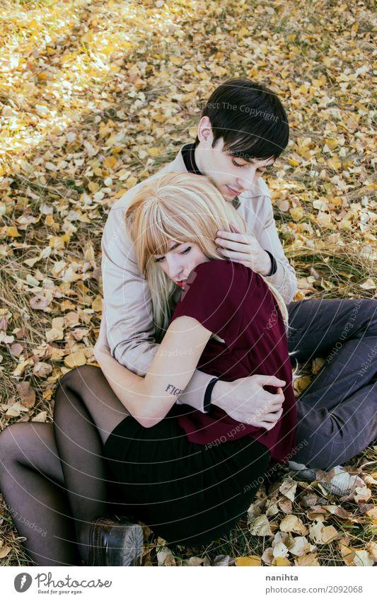 Junge Paare, die in einem Park umarmen Mensch Natur Jugendliche Junge Frau Junger Mann Erholung Blatt 18-30 Jahre Erwachsene Umwelt Lifestyle Traurigkeit Herbst