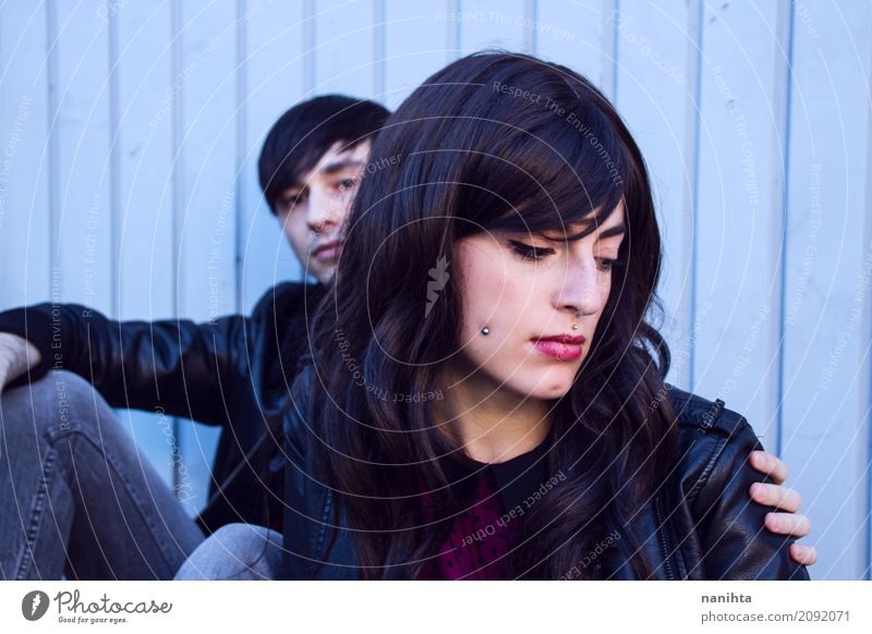 Junges Paar besorgt Lifestyle Stil Mensch maskulin feminin Junge Frau Jugendliche Junger Mann Partner 2 18-30 Jahre Erwachsene Jeanshose Jacke Leder Piercing